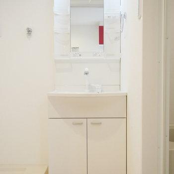洗面台はシンプルなホワイト