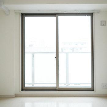 窓は北側でやさしい光