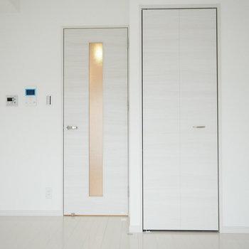 床も扉もホワイト