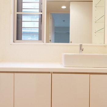 窓のある洗面所
