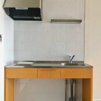 シンプルキッチン。下にはワゴンなどを置いていつでも清潔に。
