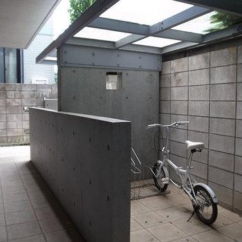 オートロックを入ってから自転車置き場あります。