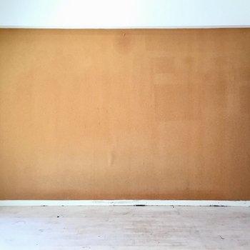 こちらの壁にはポスターびっしり貼ったりシて(※写真は清掃前のものです)