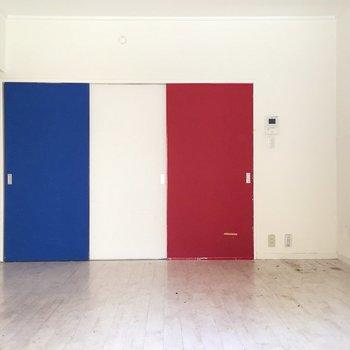 フランス国旗以外思い浮かばない・・・(※写真は清掃前のものです)
