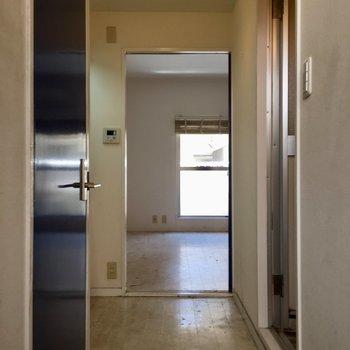 玄関から廊下にかけては無駄のない配置です(※写真は清掃前のものです)