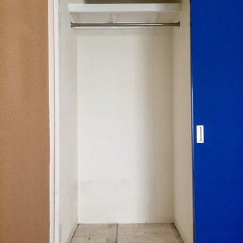 収納は青の扉の後ろ(※写真は清掃前のものです)