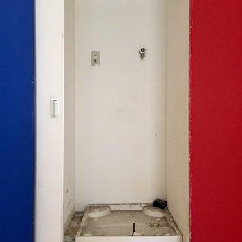 洗濯機は白の扉の後ろ(※写真は清掃前のものです)
