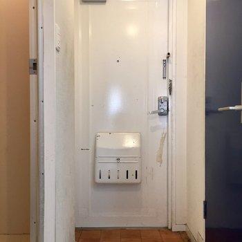 玄関は斜めの切り口(※写真は清掃前のものです)