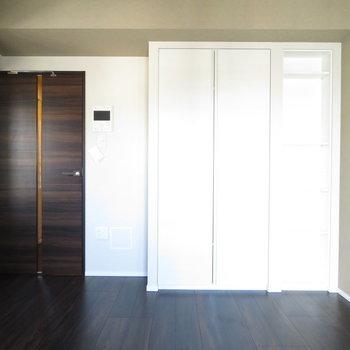 ダークブラウンの床がかっこいい♩※写真は11階の同間取りの別部屋です。