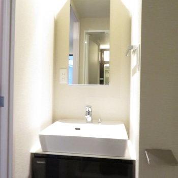 収納は少なめです洗面台。※写真は11階の同間取りの別部屋です。