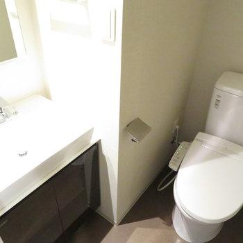 洗面台と温水便座付きのトイレ。※写真は11階の同間取りの別部屋です。