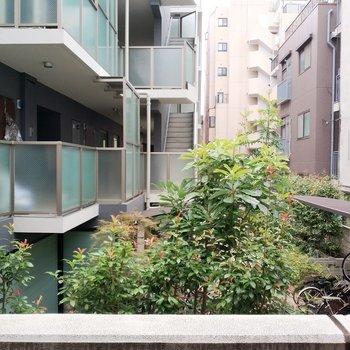 眺望はお隣のマンションが見えますね。※写真は2階からの眺望です。