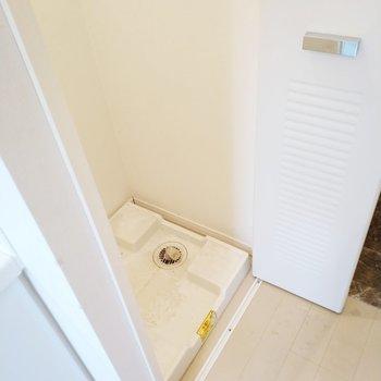 キッチンの横には洗濯パンもありますね。※写真は2階、反転間取りの別部屋となります。