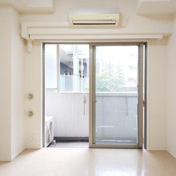 白基調の気持ちいい居室◎※写真は2階、反転間取りの別部屋となります。