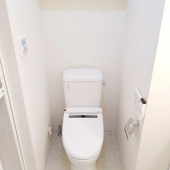 サニタリールームはトイレはお出迎え。※写真は2階、反転間取りの別部屋となります。