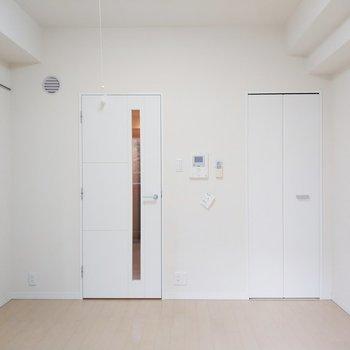 色合いも白で統一されててスッキリ!※写真は2階、反転間取りの別部屋となります。