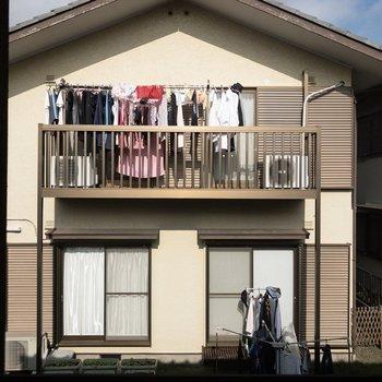2階北東向きの窓。お隣さんと隣接しています。