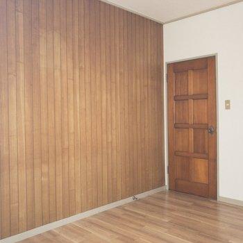 【洋室①】ブラウンの壁面とフローリングがなんだか落ち着かせてくれます