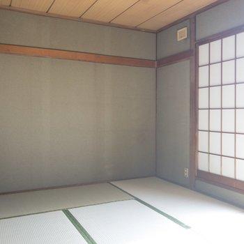 【和室②】障子紙の窓が和の趣をだします。