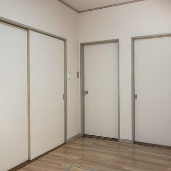 【DK】左手は洋室①へ、右手はサービスルームへと続いてます。