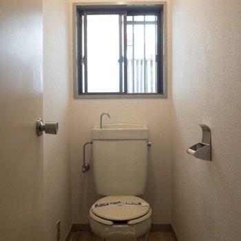 隣にはトイレが。ウォシュレットはついてないみたい。