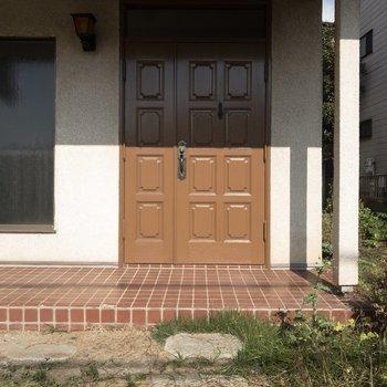 玄関前はちょっとした石畳も!