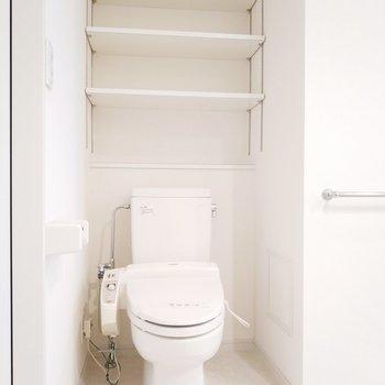 トイレは上に収納もあるので綺麗さっぱり使えそう!