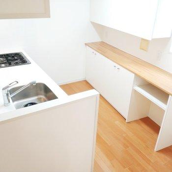 キッチンはこんなにも広々と!木目と白のデザインが可愛いなぁ!