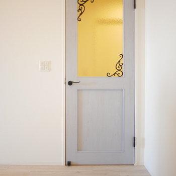 扉はアンティーク調(※写真は5階の同間取り角部屋のものです)
