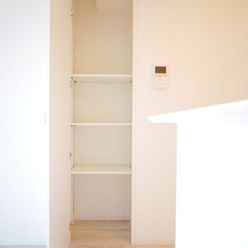 キッチン横に収納スペース(※写真は5階の同間取り角部屋のものです)