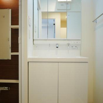 幅広の独立洗面台(※写真は5階の同間取り角部屋のものです)