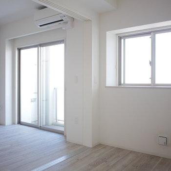 洋室には出窓が(※写真は5階の同間取り角部屋のものです)