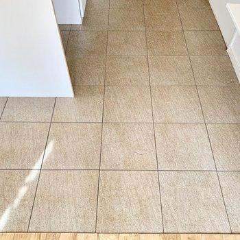キッチンの床は硬い石タイルで、高級感がありました。