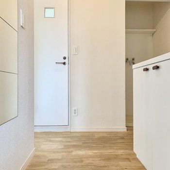 玄関を入ると爽やかな白と無垢の空間が現れます。