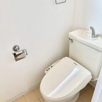 トイレはウォシュレット付き。トイレットペーパーホルダーがオシャレですね。※クリーニング前の写真です