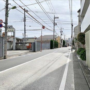 5分程の緑道を終えたら、あとは駅までまっすぐ一本道です。