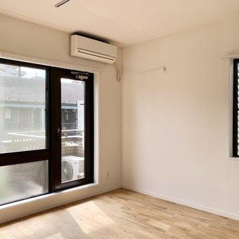【約7.5帖洋室】窓枠は黒できりりと空間を締めます。