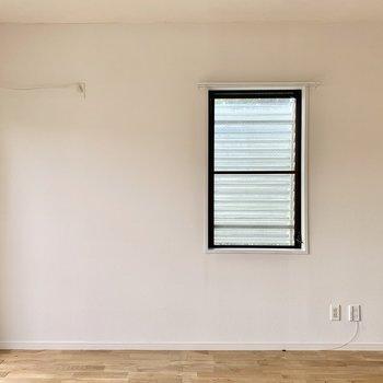 【約7.5帖洋室】小窓はルーバータイプなので開けっぱなしでも安心です。