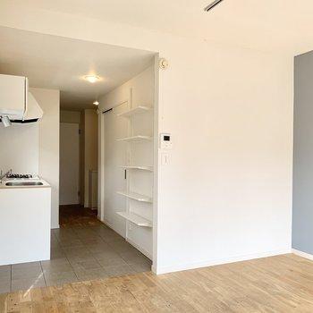 【約7.5帖洋室】キッチンとの間に扉がないので使いやすそうです。