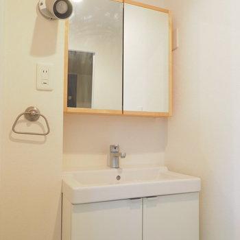 オリジナルの洗面台、木枠の鏡が素敵。※写真はクリーニング前です。