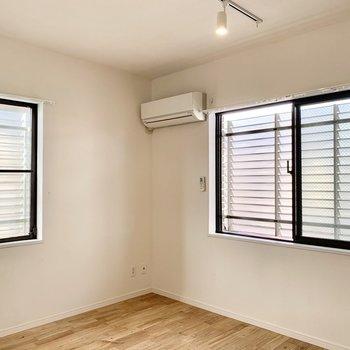 【約6.3帖洋室】エアコンも完備されてベッドルームに最適なお部屋。