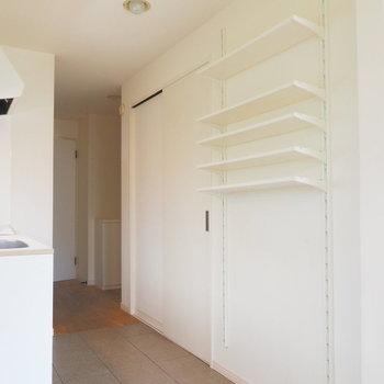 キッチン前には可動式の収納も!