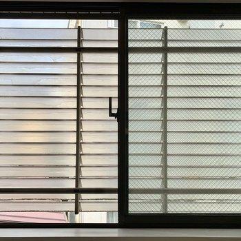 二つの窓は、ルーバーで目隠しされているので窓を開けたままでも安心です。