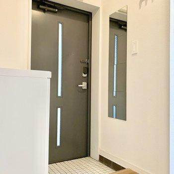 スリット窓から自然光を取り込む玄関は清々しい雰囲気。