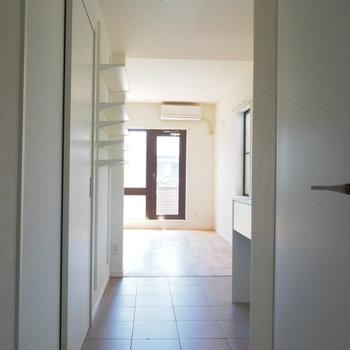 玄関の方まで光が入ってきます※写真はクリーニング前です。