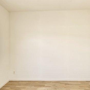 【約6.3帖洋室】反対側は白壁となっています。
