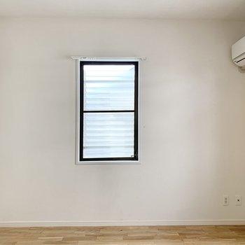 【約6.3帖洋室】南西側に小窓があります。