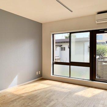 【約7.5帖洋室】明るく風通しの良いお部屋です。