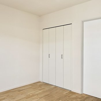 【約6.3帖洋室】清潔感あふれる白い建具たち。