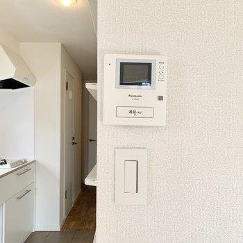 【約7.5帖洋室】安心のモニター付きインターホンと、おしゃれなスイッチ。